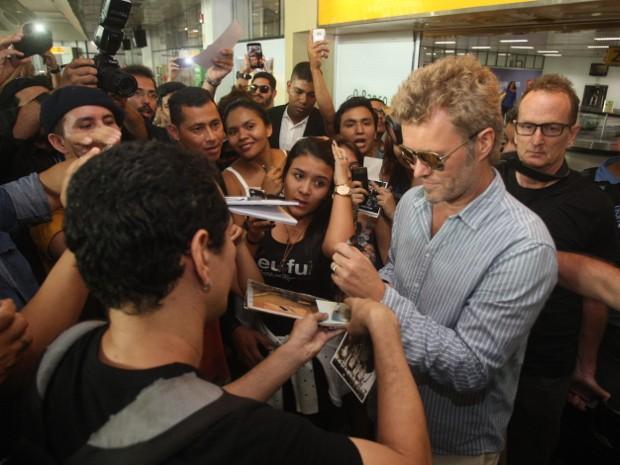 Fãs pediram autógrafos na saída do desembarque do A-ha (Foto: Tarso Sarraf / O Liberal)