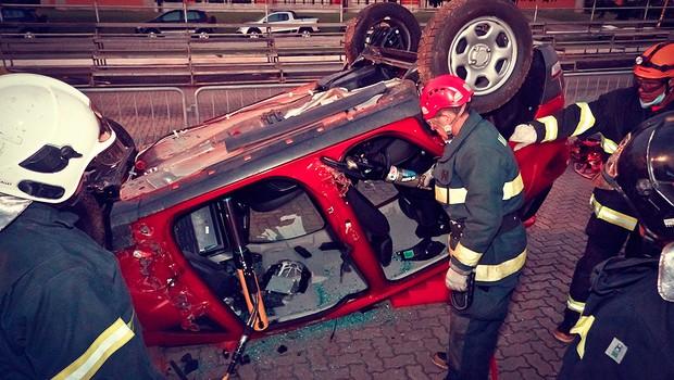 Os bombeiros treinam salvamentos em diversas situações: com carro sobre as rodas, tombados ou capotados (Foto: Wagner Benedetti Jr.)