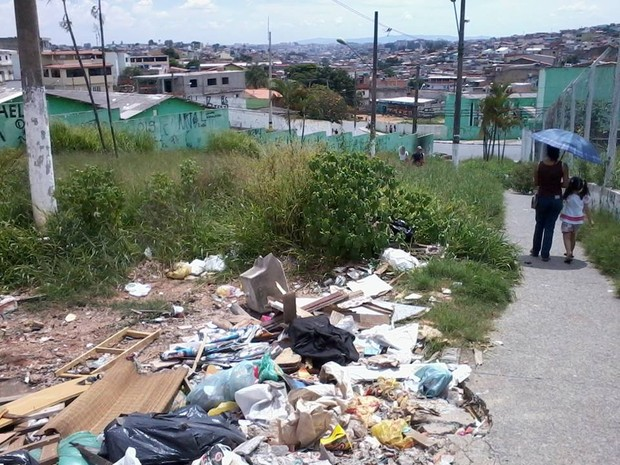 Internauta reclama de praça abandonada em Ferraz (Foto: Dennis Henrique Possani Heiderich)