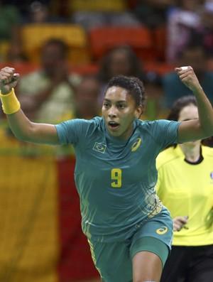 No detalhe: Ana Paula comemora mais um gol para o Brasil contra a Romênia (Foto:  REUTERS/Marko Djurica)
