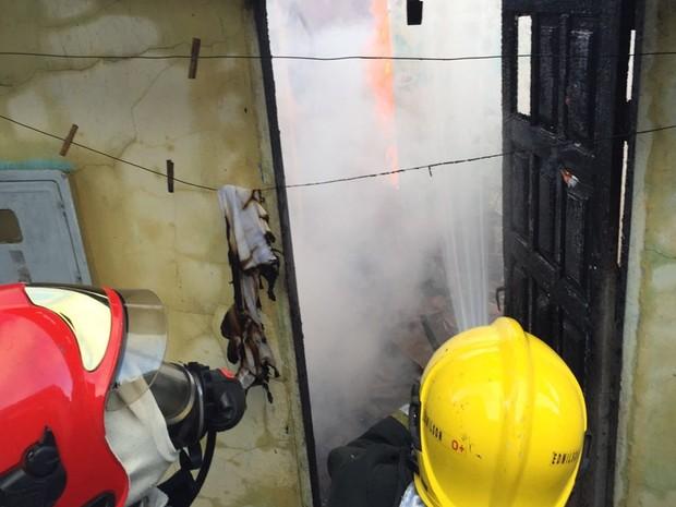 Bombeiros controlaram incêndio em casa no início da manhã de sexta-feira (9) (Foto: Walter Paparazzo/G1)
