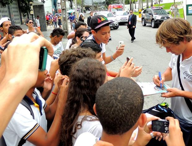 Thiago coutinho álbum e camisa chegada lugano uruguai (Foto: Elton de Castro)