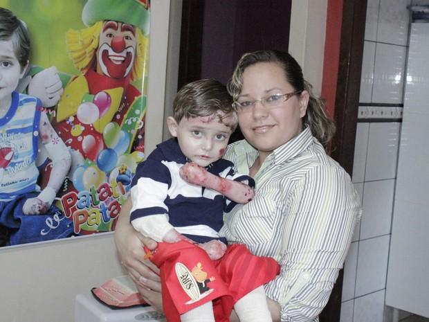 Vanessa Alves Costa dedica seu tempo para cuidar do filho de cinco anos (Foto: Valdivan Veloso / G1)