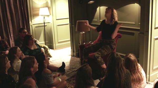 A cantora Taylor Swift com fãs dentro de sua casa (Foto: YouTube)
