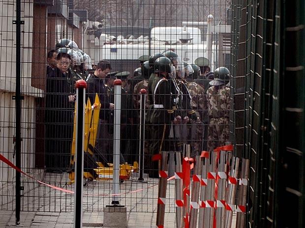 Polícia chinesa reforça policiamento no prédio da Embaixada da Malásia em Pequim. (Foto: Mark Ralston / AFP Photo)