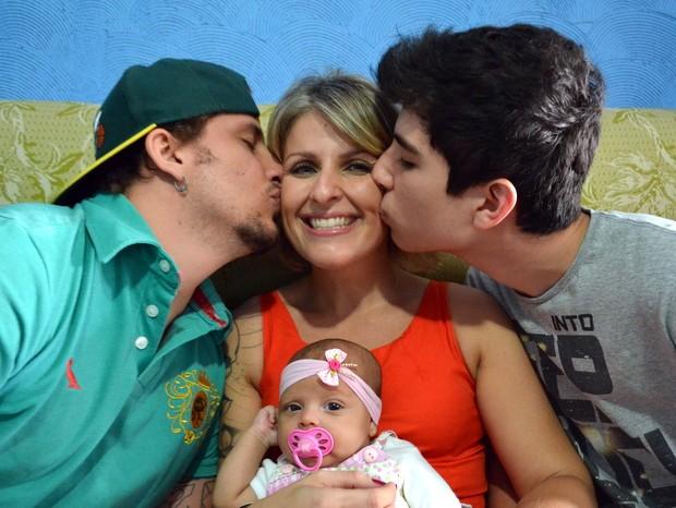 Simone, os filhos Diego (à esquerda), Gustavo e a neta em Piracicaba (Foto: Fernanda Zanetti/G1)
