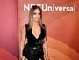 Jennifer Lopez arrasa com vestido decotado e com fenda