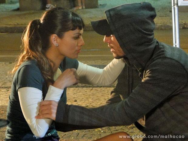 O Sal vai dar mó sustão na Kika, glr! A garota nem imaginava que o bad boy ainda tava no Rio (Foto: Malhação / Tv Globo)