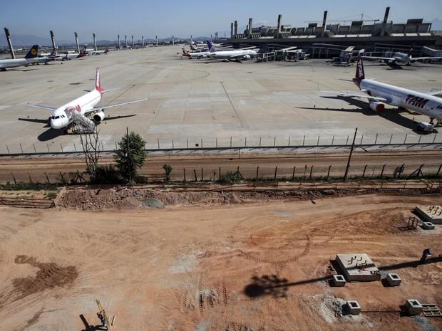 Visão geral das obras no aeroporto internacional do Galeão, no Rio de Janeiro, um ano antes das olimpíadas na cidade (Foto: Ricardo Moraes/Reuters)