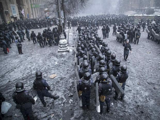 Policiais e membros do Ministério do Interior ficam em linha para conter manifestantes em Kiev, na Ucrânia. Na quarta-feira, primeiro-ministro diss euqe os protestos são terroristas. (Foto: Stringer/Reuters)