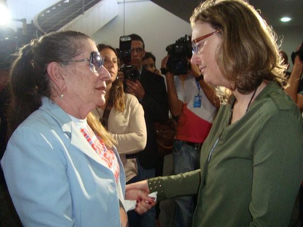 Nair Ávila, mãe do advogado Manoel Mattos, com a ministra Maria do Rosário (Foto: Jhonathan Oliveira/G1)