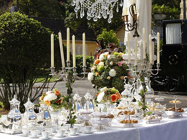 Mesa de chá e café, com samovares (Foto: Lado a Lado/TV Globo)