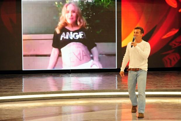 Angélica invade telão do programa para homenagear o marido (Foto: Caldeirão do Huck/ TV Globo)