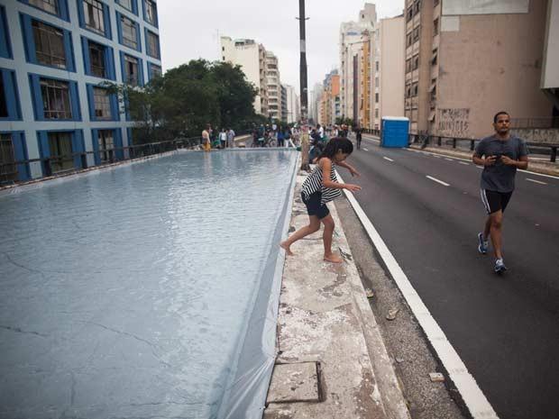 Arquiteta preferiu o fundo cinza para piscina no Minhocão para 'combinar' com prédios do entorno (Foto: Victor Moriyama/G1)