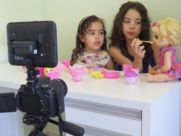Eloah e Ester Lourenço, de 9 e 4 anos, gravam para canal do Youtube (Foto: Elaine Lourenço/Arquivo Pessoal)