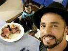Latino leva macaco Twelves para jantar em churrascaria