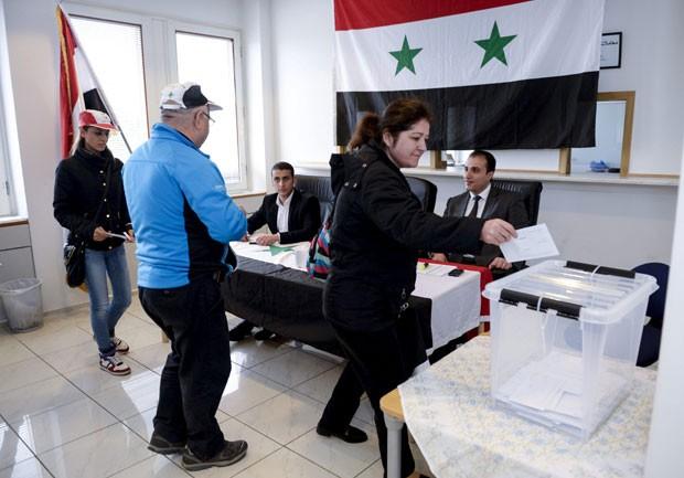 Cidadãos sírios que moram na Suécia votam nas eleições presidenciais da Síria nesta quarta-feira (28) na embaixada do país em Estocolmo (Foto: Bertil Ericson/TT News Agency/Reuters)