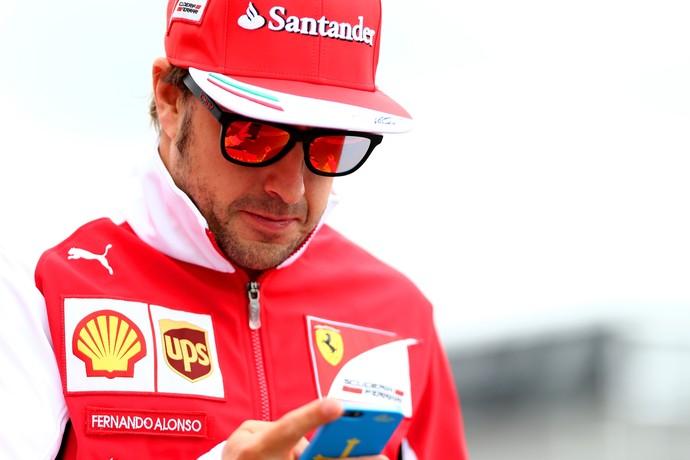 """Jacques Villeneuve afirma que Fernando Alonso estava """"mais preocupado com o Twitter"""" quando defendeu a Ferrari (Foto: Getty Images)"""