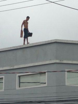 Suspeito andou pelos telhados das lojas no centro  (Foto: Eduardo Meira/ 4Notícias)