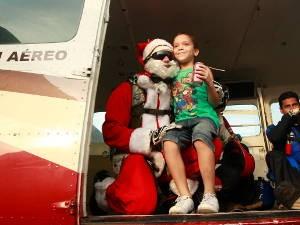 Crianças ficaram encantadas com Papai Noel que veio do céu. (Foto: Tarso Sarraf/ O Liberal)