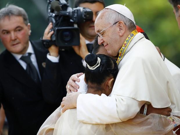 Papa Francisco abraça jovens durante encontro com a juventude em universidade nas Filipinas. Uma multidão atendeu ao evento neste domingo (18). (Foto: Reuters/Stefano Rellandini)