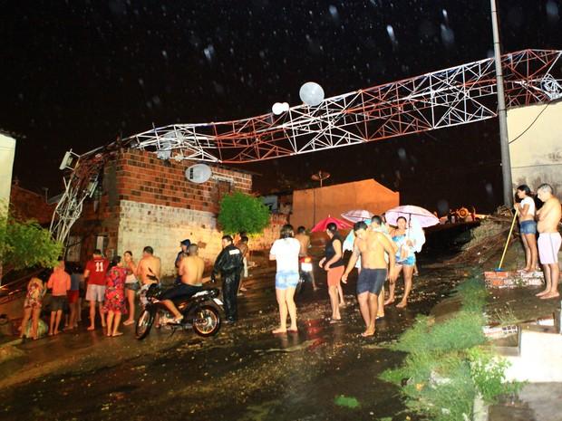 Antena de rádio desabou sobre duas casas. Um homem ficou feridos.  (Foto: Wellington Macedo/Arquivo Pessoal)