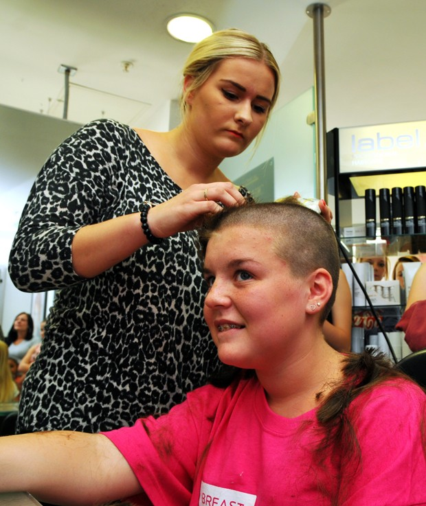 Charlotte Duggan no dia em que raspou o cabelo (Foto: Basingstoke Gazette/Solent News & Photo Agency)