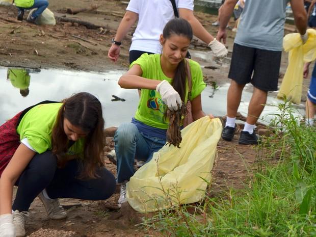 Jovens recolhem lixo do leito do Piracicaba (Foto: Fernanda Zanetti/G1)