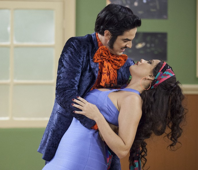 Zé Bonitinho (Mateus Solano) e Dona Capitu (Ellen Rocche) protagonizam momento romântico (Foto: Pedro Curi/Gshow)