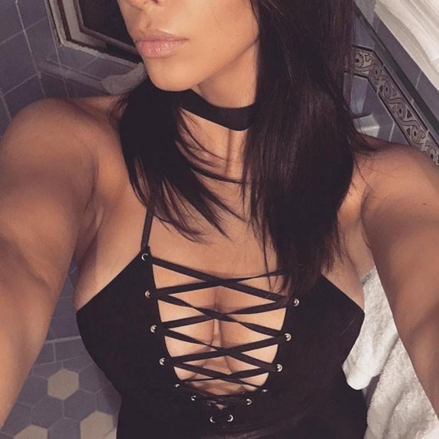 Kim Kardashian posa de look decotado (Foto: Instagram/ Reprodução)