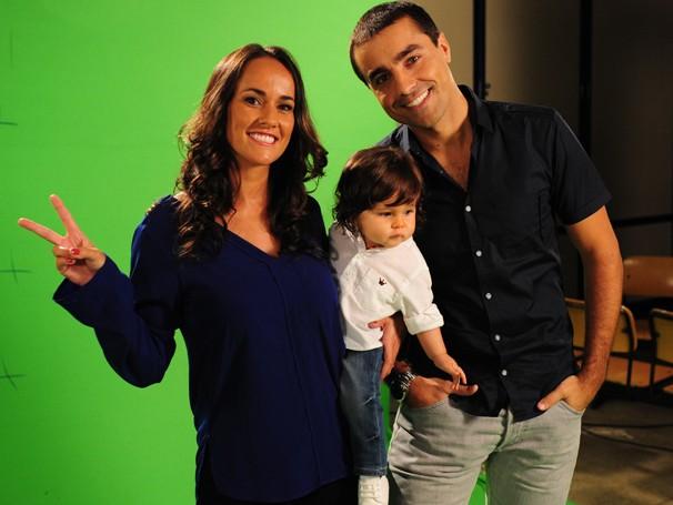 Ricardo Pereira grava campanha com a mulher, Francisca Pinto, e o filho, o pequeno Vicente (Foto: Estevam Avellar/ TV Globo)