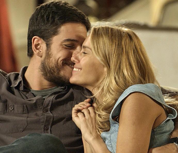 Dante e Lara contam que acabaram de ficar noivos (Foto: TV Globo)
