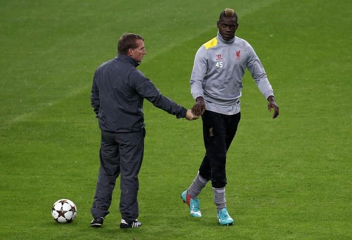 balotelli e Brendan Rodgers treino Liverpool (Foto: Reuters)