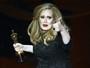 Adele se emociona ao ser premiada no Oscar