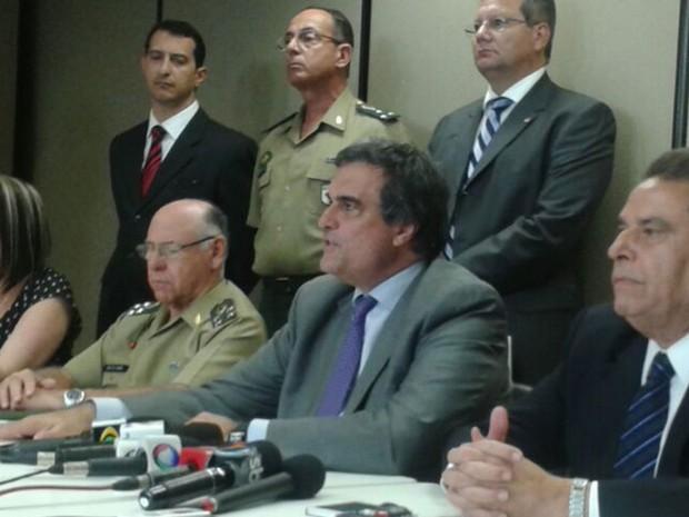 'Na busca da garantia da paz, todas as forças do governo federal estão mobilizadas e solidárias', disse ministro José Eduardo Cardozo (Foto: Luna Markman / G1)