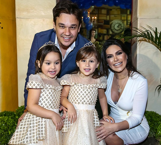 Leandro e Natália Guimarães com as filhas, Kiara e Maya (Foto: Raphael Castello/AgNews)