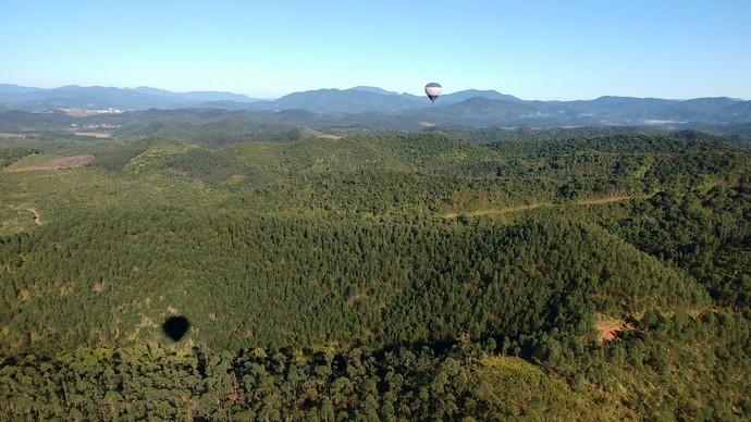 Camille Reis fez passeio de balão e aproveitou as belas paisagens (Foto: Lívia Andrade/RBS TV)