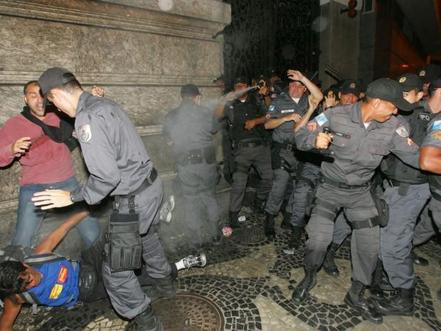 Cerca de 20 ativistas foram atentidos com ferimentos (Foto: Paulo Araújo / Agência O Dia / Estadão Conteúdo)