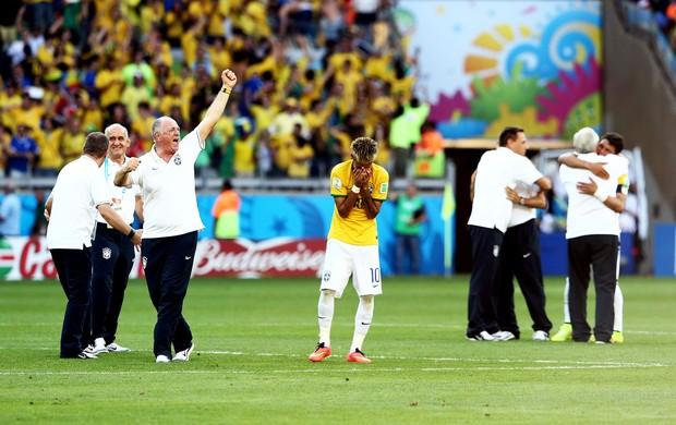 Felipão Scolari comemora enquanto Neymar chora brasil e chile mineirão (Foto: Marcos Ribolli / Globoesporte.com)