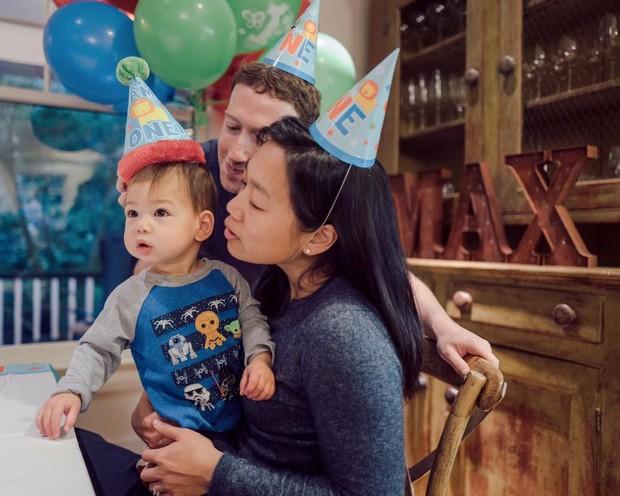 Mark Zuckerberg com a mulher e a filha (Foto: Reprodução/Facebook)