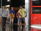 Vítor Belfort passeia com o filho em shopping