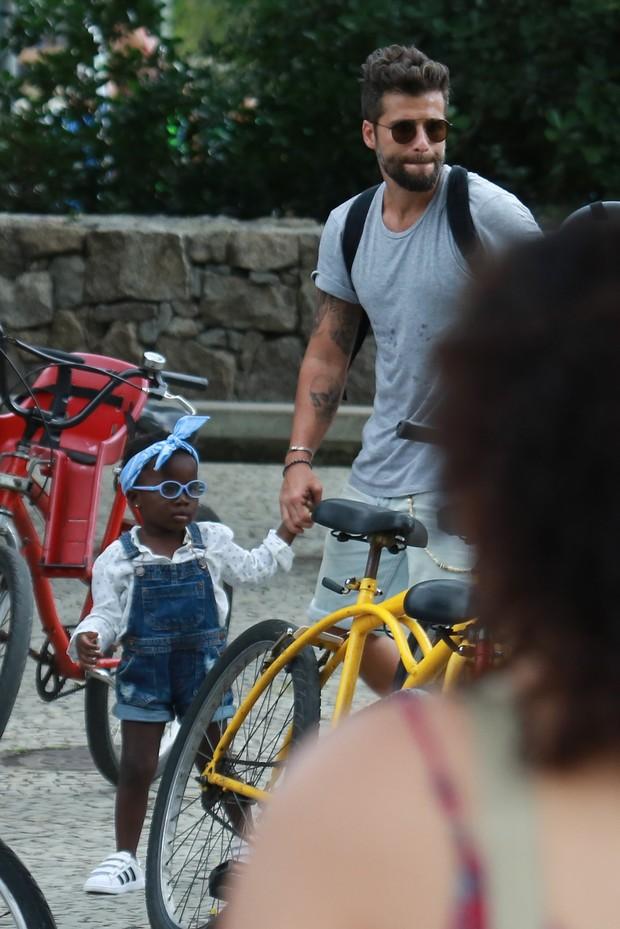 Bruno Gagliasso passeando com a filha, Titi (Foto: Agnews)