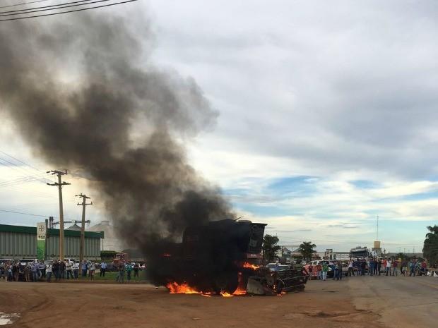 Ato simbólico com a colheitadeira se seguiu a outros protestos no estado e no país. (Foto: Orcival Guimarães/Arquivo Pessoal)