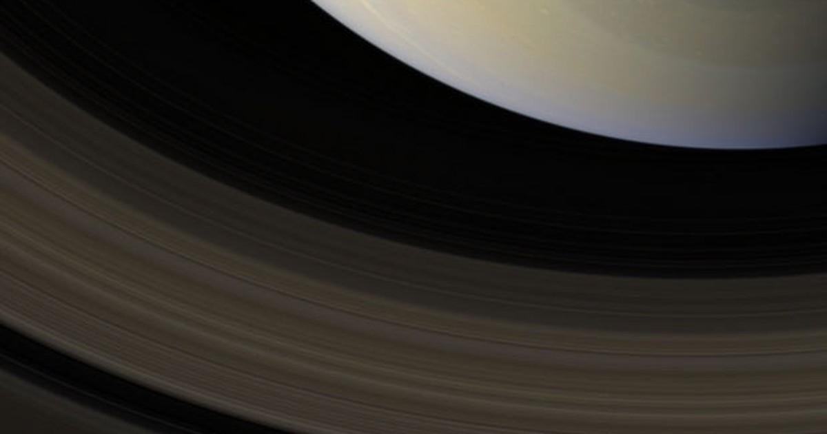 Misteriosa formação hexagonal de Saturno ganha imagem em cores