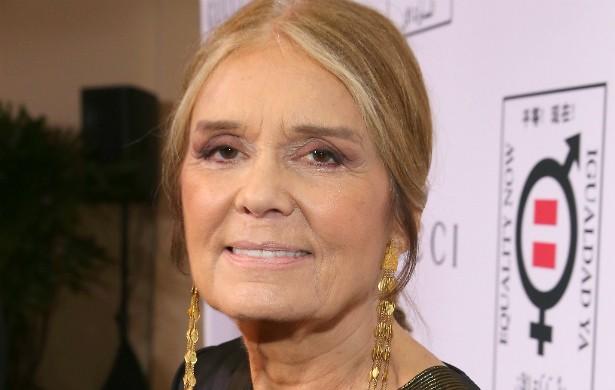 A jornalista e ativista feminista norte-americana Gloria Steinem, hoje octogenária, fala abertamente sobre o aborto que fez aos 22. Aos 66, ela se casou com o empresário e ambientalista sul-africano David Bale (1941-2003), tornando-se madrasta do galã hollywoodiano Christian Bale. (Foto: Getty Images)