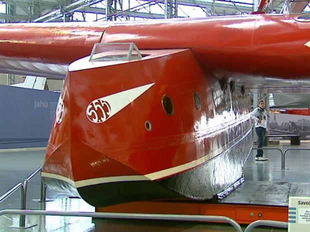 O avião Jahú está exposto no saguão do museu da TAM, em São Carlos (Foto: Reprodução/EPTV)