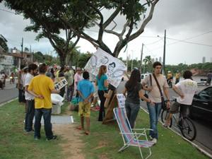 Grupo é contra a destruição do canteiro para o aumento das vias na avenida (Foto: Daniel Peixoto/G1)