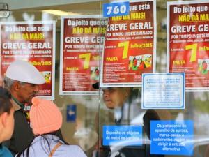Servidores do INSS do Paraná mantêm portas fechadas após aderirem à greve, na sede do INSS no Centro de Curitiba. A paralisação nacional tem a adesão de pelo menos 14 outros estados e nao há previsão de voltar (Foto: Gisele Pimenta/Frame/Estadão Conteúdo)