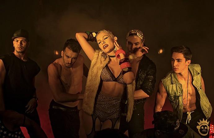 Nikki arrasa na coreografia no novo clipe (Foto: Divulgação)