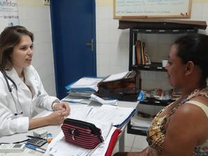 Otávia aproveitou a visita para conversar com os pacientes (Foto: Michelle Farias/G1)